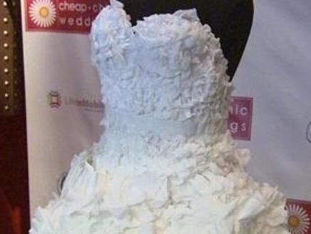 فستان زفاف مصنوع من المناديل الورقية يفوز فى مسابقة شهيرة
