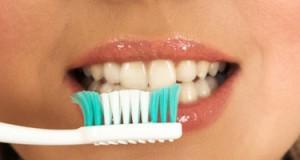 أبسط الطرق لتبييض الأسنان في المنزل