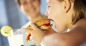 تناول الطفل الطعام مع والديه يزيد من شهيته