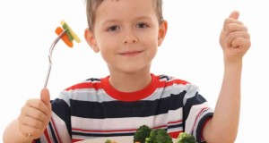 كيف تجعلين طفلك يحب تناول الخضروات و الفواكه ؟