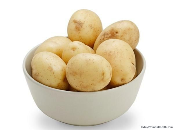 البطاطس لتفتيح الأماكن الداكنة