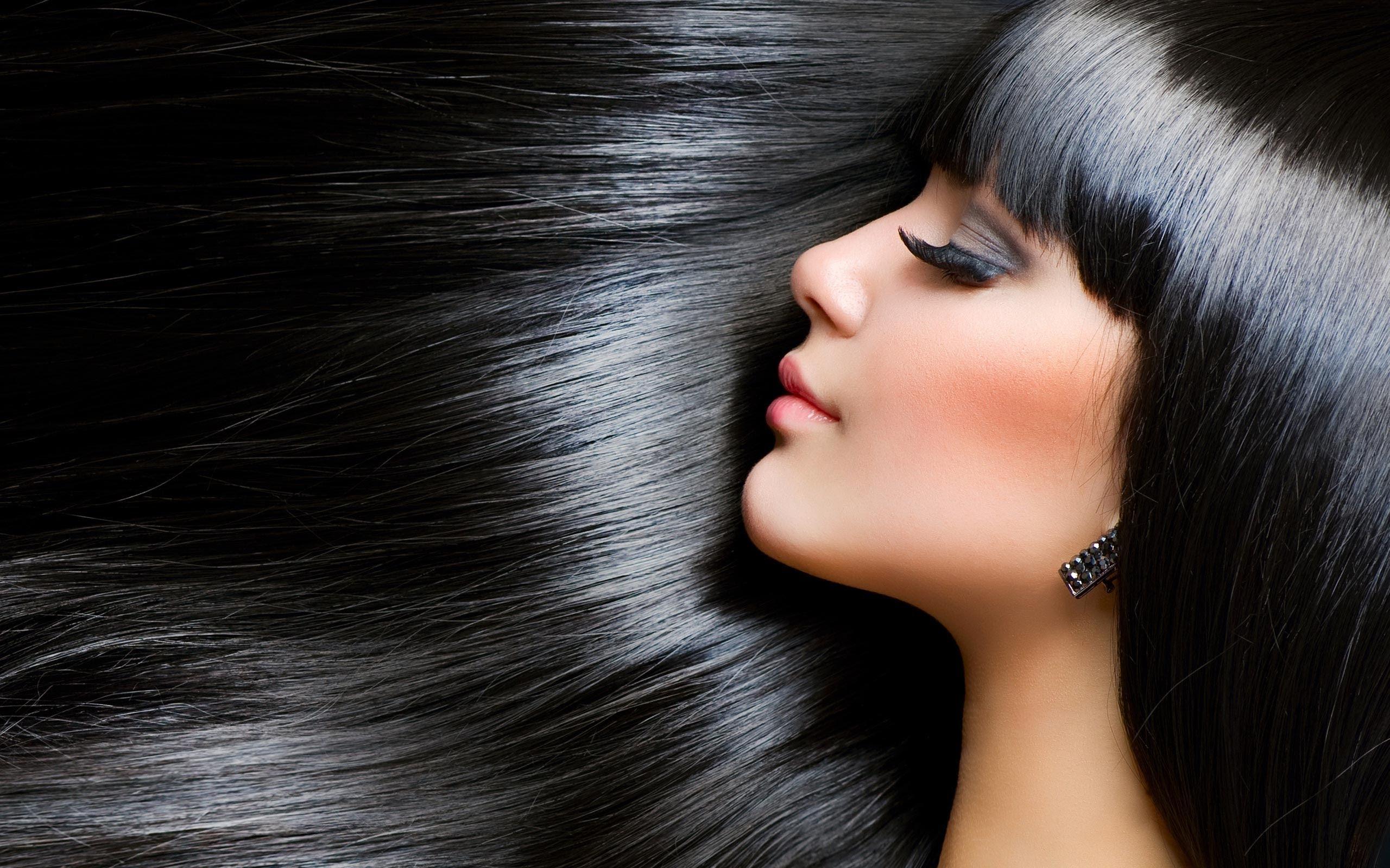 وصفات طبيعية لصبغ الشعر باللون البني والأسود